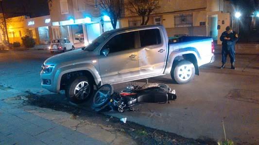 Así quedaron la moto y la camioneta tras un choque