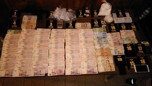 2 detenidos por vender cocaína, tener un arma y más de 53 mil pesos