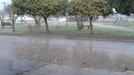Granizo en plaza de Dalmacio Velez.