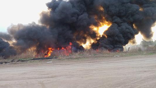 Gran incendio se desató en un descampado de barrio Los Olmos