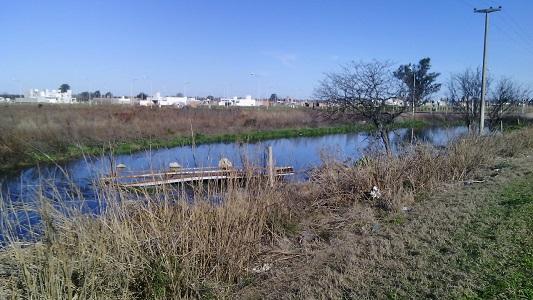 Laguna maloliente afloró en medio de nuevos loteos