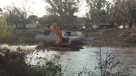 El Municipio explica porqué se tiraba tierra al río en la obra de desagüe
