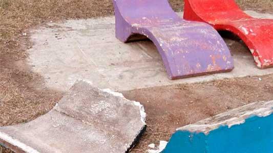 Destrozaron mobiliario de cemento en el parque de Villa Nueva
