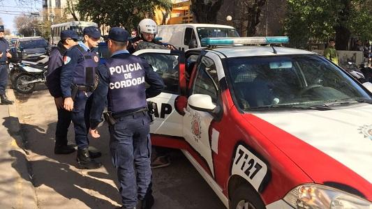 2 detenidos y un prófugo por intentar robar una camioneta