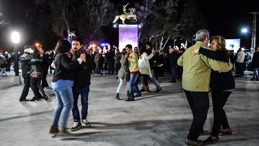 Homenajes a Lucarelli y Cabezas en reinauguración del puente Alberdi