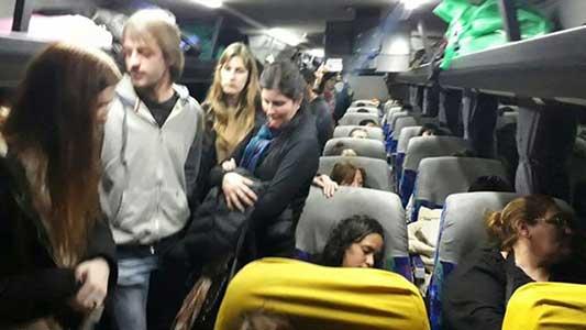 Viajar amontonados y sin asiento: un padecer sin solución en la zona