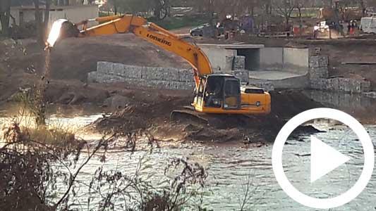 Arrojan restos de tierra de obra de desagüe al río ¿Es lo correcto?