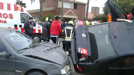 Fotos del vuelco de un auto en barrio Solares de la Villa