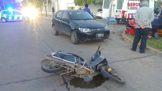 Se fracturó la muñeca al impactar en su moto contra un auto