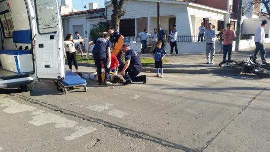 Mujer sufrió varias lesiones al chocar en su moto con un auto