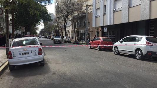 Tránsito complicado por auto roto frente al colegio José Ingenieros