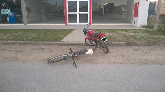 Choque entre moto y bici en la ex ruta pesada