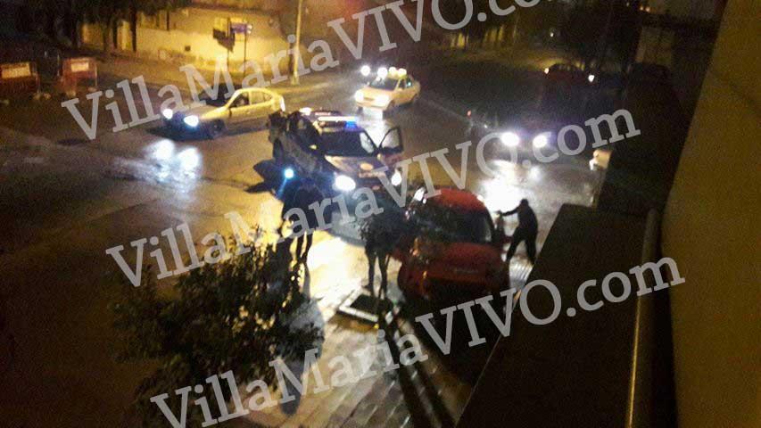 En la primera imagen de la secuencia, los policías rodean el auto y el perro está en la caja trasera de la camioneta.