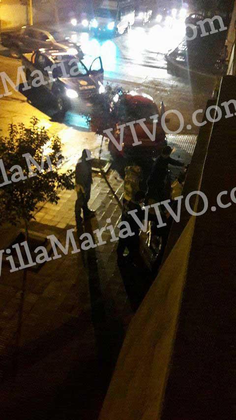 En la siguientes fotos se ve a los jóvenes contra la pared y rodeados de policías.