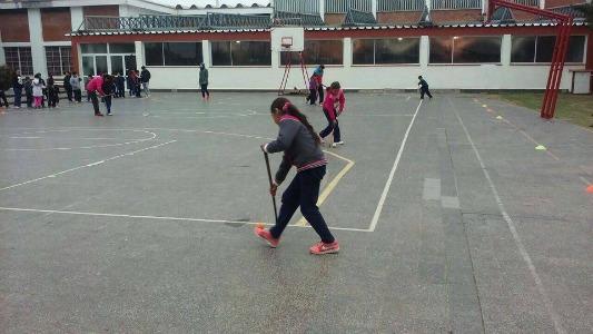 Chicos de escuelas primarias hacen deportes con materiales reciclados
