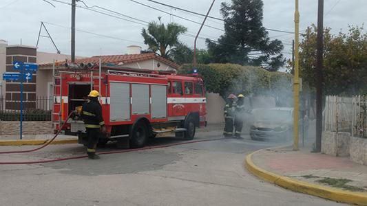 Se incendió casi por completo un auto en Villa Nueva