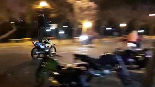 Costanera sin control: andan parados arriba de las motos