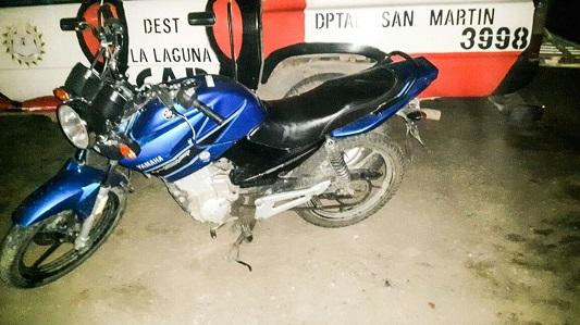 Apagó la luz y se delató que andaba en moto robada