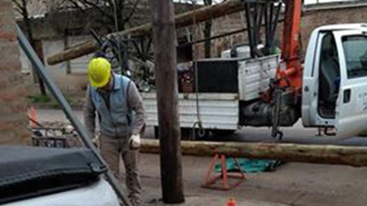 Vecinos contentos: la empresa cambió el poste en mal estado