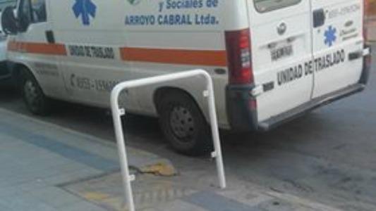Una ambulancia bloqueó una rampa frente a un sanatorio
