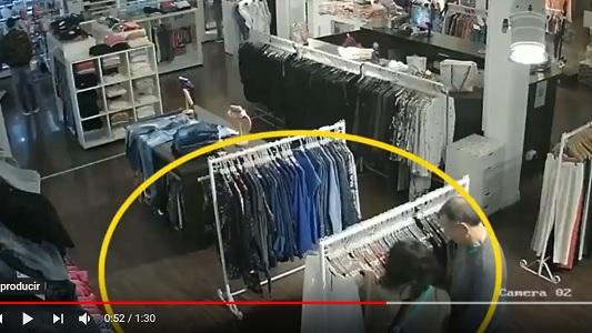 Así roban un par de jeans en pleno centro de la ciudad
