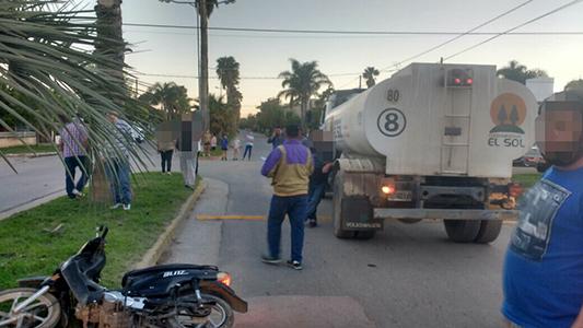 Colisionaron un camión regador y una moto en la que iban 3 menores