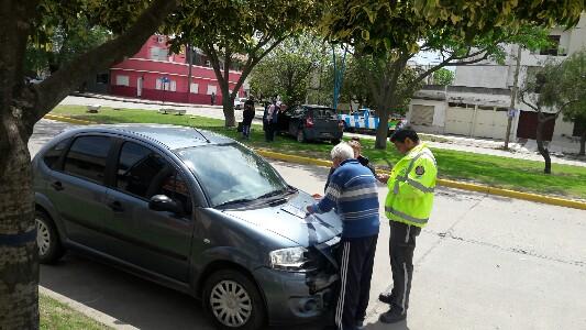 Chocaron y uno de los autos terminó sobre el cantero central