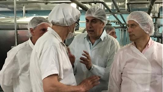 Baldassi visitó una láctea local cuando otros candidatos debatían en Río IV