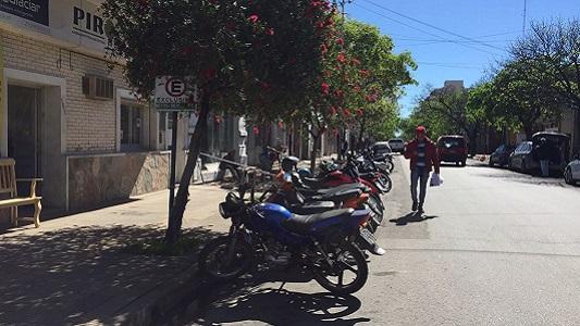 Vereda en obra: peatones obligados a caminar por calle