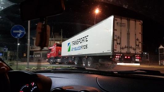 Camiones y más camiones en la rotonda de la exruta pesada