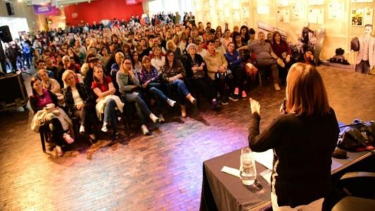 El Centro Cultural repleto de gente escuchando a Liliana González
