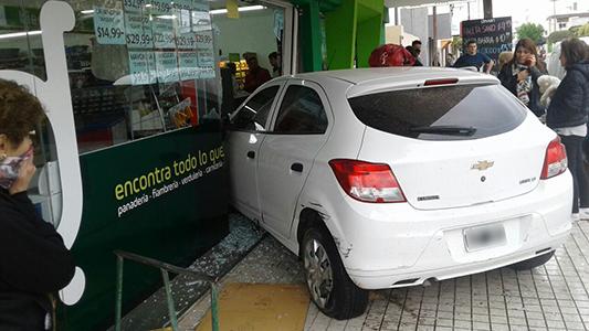Funcionaria del Concejo se incrustó con el auto en un supermercado