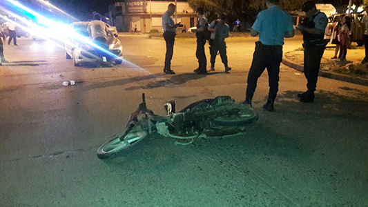 Iba en moto sin luz, chocó contra un auto y se fracturó una pierna