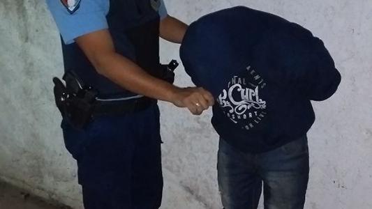 Golpeó a una mujer en la vía publica y quedó detenido
