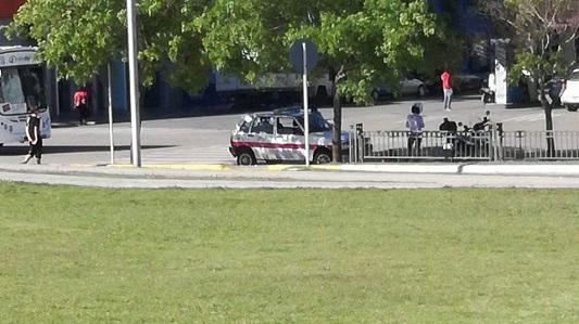 Móvil de Seguridad Ciudadana estacionado frente una rampa