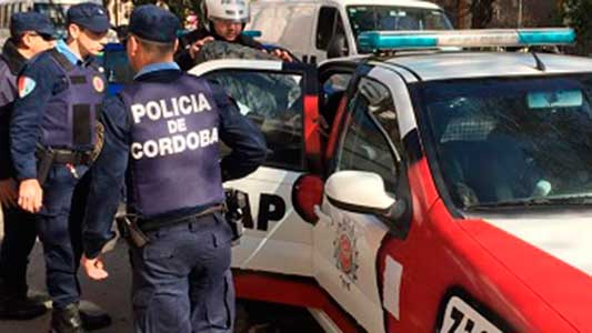 Operativo policial en el centro con 3 detenidos a bordo de un auto