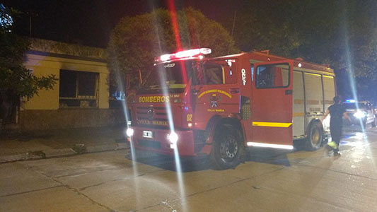 INCENDIO bomberos casa noche (1)