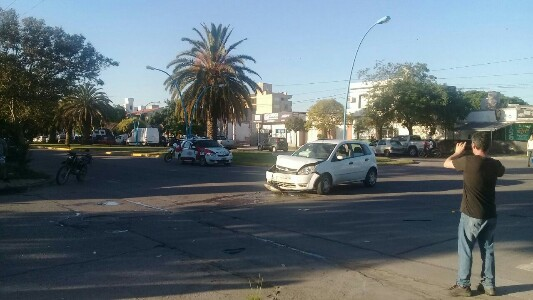 Fuerte choque entre dos vehículos sobre bulevar Cárcano