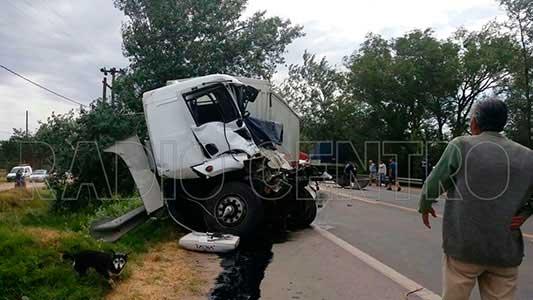 Fuerte choque entre camiones: un herido de gravedad en una pierna
