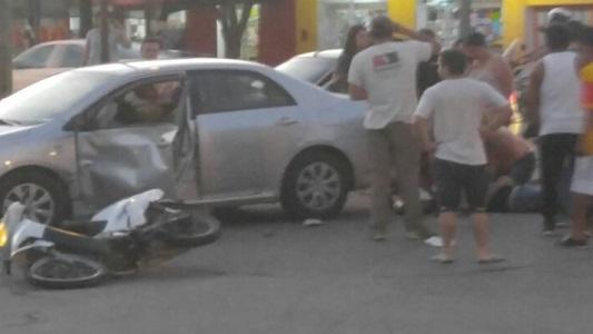 Fuerte choque en bulevar Sarmiento dejó un herido grave