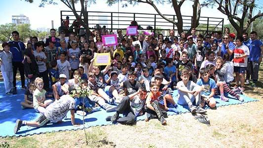 Más de 550 niños de 15 barrios hicieron deportes en los playones
