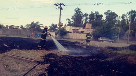 Bomberos sofocaron incendio de pastizales en Villa Nueva