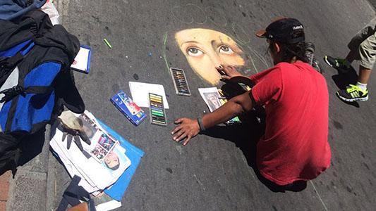 Es abogado y viaja por América Latina haciendo arte con tizas
