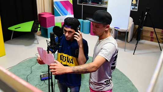 Del barrio al estudio: grabaron sus propias canciones de hip hop