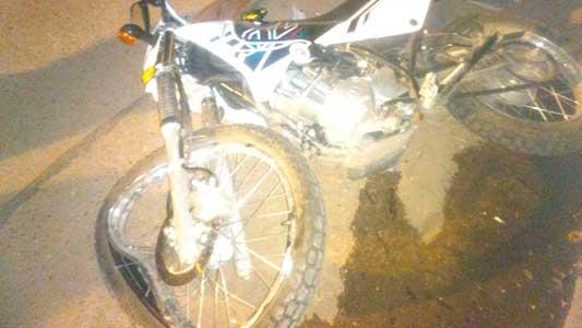 Así quedó la moto por chocarse un auto estacionado