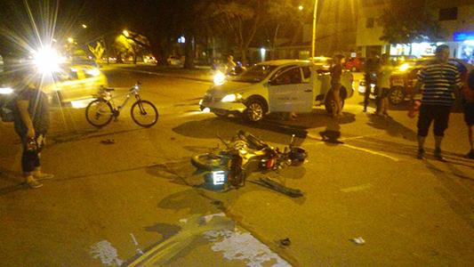 Motociclista sufrió heridas graves al chocar con una camioneta