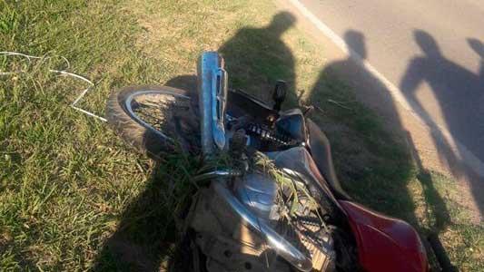 No sobrevivió al fuerte golpe el chico que cayó de la moto