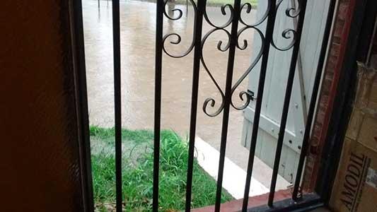 No paraba de llover y el agua puso en jaque a viviendas de calles bajas