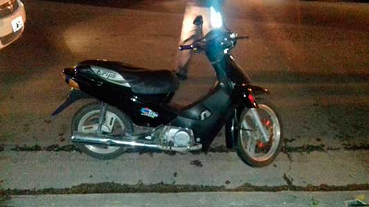 Choque de moto en un bulevar y otra persona fracturada