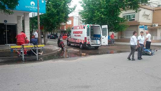 Dos motos chocaron en esquina céntrica y sus conductores fueron al Pasteur